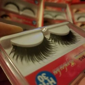 5 pairs of glue on lashes